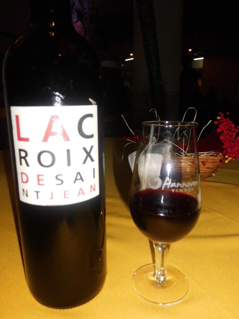 O vinho tem estilo gastronômico, seco e de boa acidez