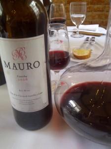 """Informa o importador que: """"com 90 pontos de Robert Parker, o  Mauro 2006 é uma das inspiradas criações do genial enólogo Mariano Garcia, responsável por alguns dos mais memoráveis vinhos da Espanha. Cheio, rico e muito complexo, é um dos grandes modelos de Ribera del Duero modernos""""."""